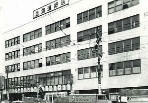 昭和26年に完成した大丸ビル 戦後の民間ビル建築第一号で、店内の照明に蛍光灯を取り入れた初の店舗だった。当時5階には北海道放送(HBC)がテナントとして入っていた。