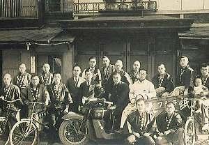 昭和11年頃 小樽市港町四十番地の小樽支店社屋前で。